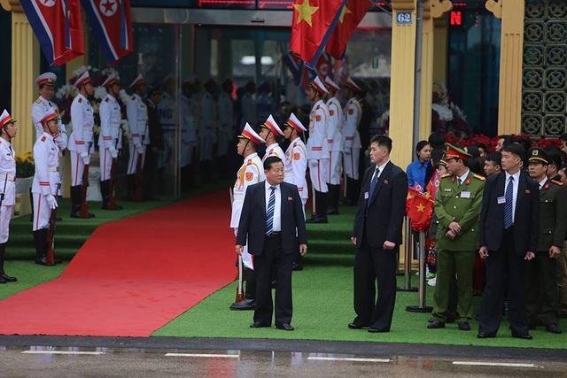 Chủ tịch Triều Tiên tới ga Đồng Đăng, lên ô tô về Hà Nội - 4