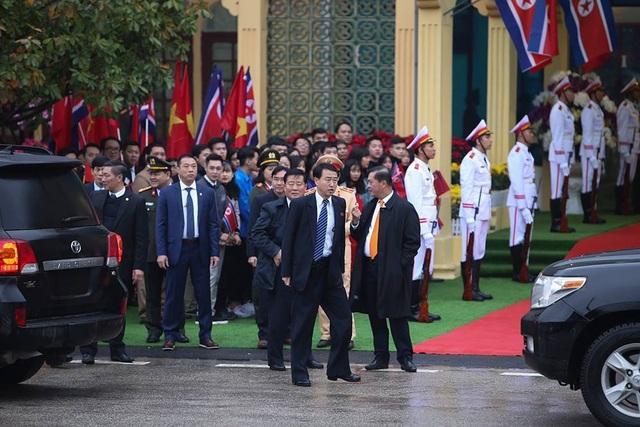 Chủ tịch Triều Tiên tới ga Đồng Đăng, lên ô tô về Hà Nội - 8