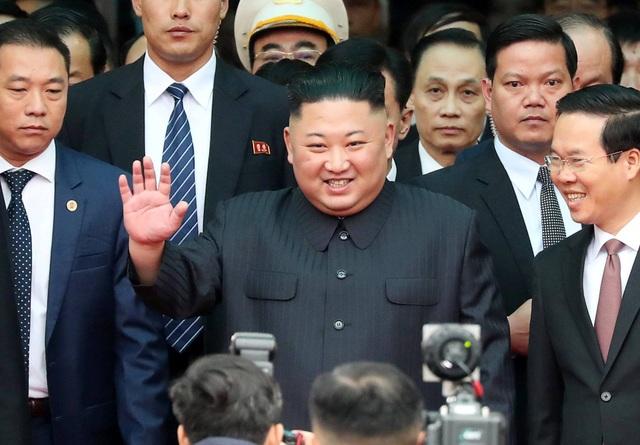 Chủ tịch Triều Tiên tới ga Đồng Đăng, lên ô tô về Hà Nội