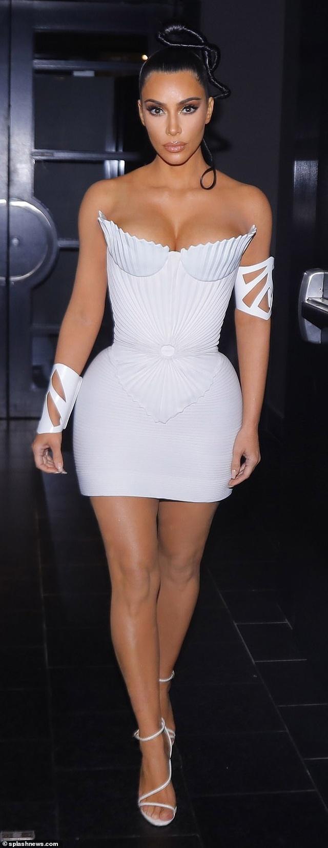 Kim Kardashian diện váy phô vòng một - 6