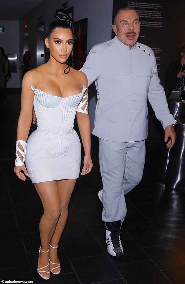 Kim Kardashian diện váy phô vòng một - 8