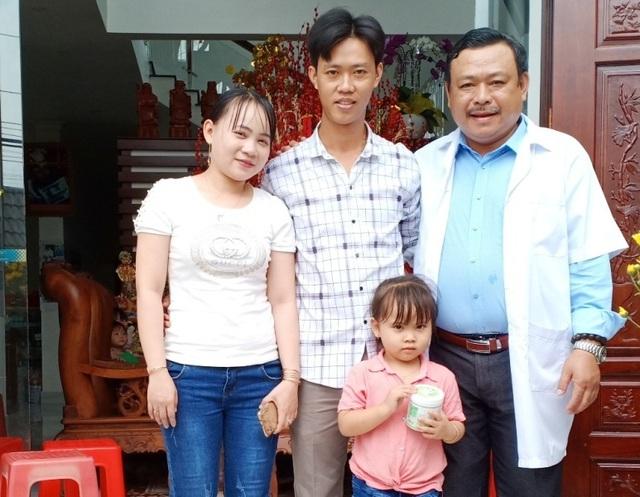 Vợ chồng anh Thông ở huyện Tam Bình (tỉnh Vĩnh Long) đưa con gái đến chúc mừng, cảm ơn Bác sĩ Lâm khi chữa thành công hiếm muộn.