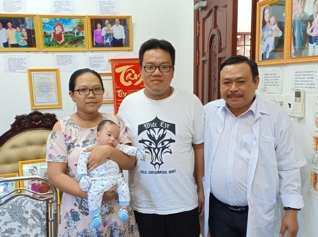 Vợ chồng anh Phước ở TP. Rạch Giá (tỉnh Kiên Giang) đến cảm ơn Bác sĩ Lâm sau khi vợ hạ sinh đứa con đầu lòng.