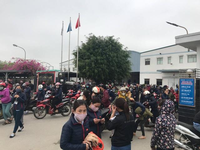 Hàng ngàn công nhân tập trung trước nhà máy phản đối bị cắt giảm phụ cấp - 5