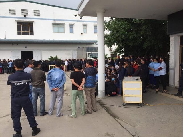 Hàng ngàn công nhân tập trung trước nhà máy phản đối bị cắt giảm phụ cấp - 2