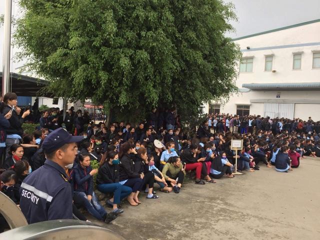 Hàng ngàn công nhân tập trung trước nhà máy phản đối bị cắt giảm phụ cấp - 1
