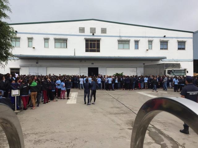 Hàng ngàn công nhân tập trung trước nhà máy phản đối bị cắt giảm phụ cấp - 3