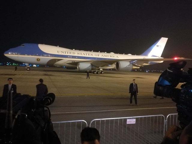 Tổng thống Donald Trump lần thứ 2 bước xuống Nội Bài từ cửa Không lực Một  - 3