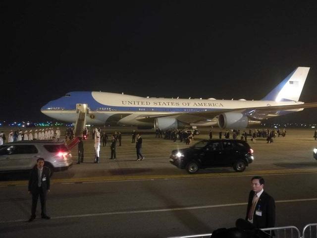 Tổng thống Donald Trump lần thứ 2 bước xuống Nội Bài từ cửa Không lực Một  - 2