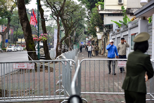 Siết chặt an ninh tại đường Lý Thường Kiệt trước giờ đón Chủ tịch Triều Tiên Kim Jong-un - 10