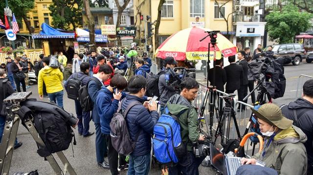Siết chặt an ninh tại đường Lý Thường Kiệt trước giờ đón Chủ tịch Triều Tiên Kim Jong-un - 12