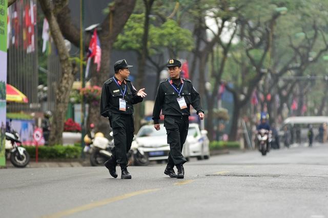 Siết chặt an ninh tại đường Lý Thường Kiệt trước giờ đón Chủ tịch Triều Tiên Kim Jong-un - 7