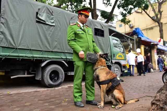 Siết chặt an ninh tại đường Lý Thường Kiệt trước giờ đón Chủ tịch Triều Tiên Kim Jong-un - 6