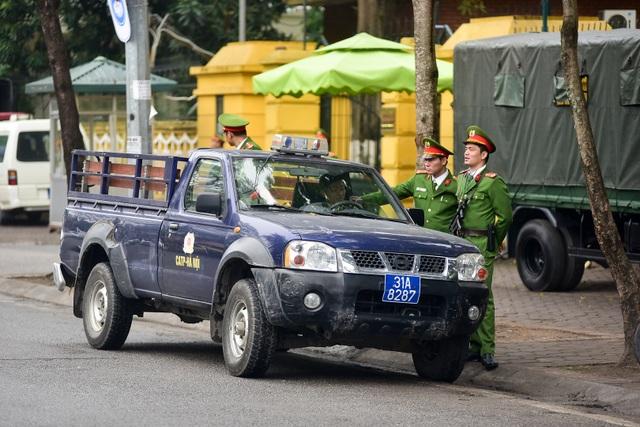 Siết chặt an ninh tại đường Lý Thường Kiệt trước giờ đón Chủ tịch Triều Tiên Kim Jong-un - 8
