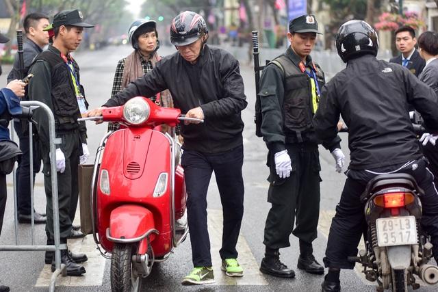 Siết chặt an ninh tại đường Lý Thường Kiệt trước giờ đón Chủ tịch Triều Tiên Kim Jong-un - 2