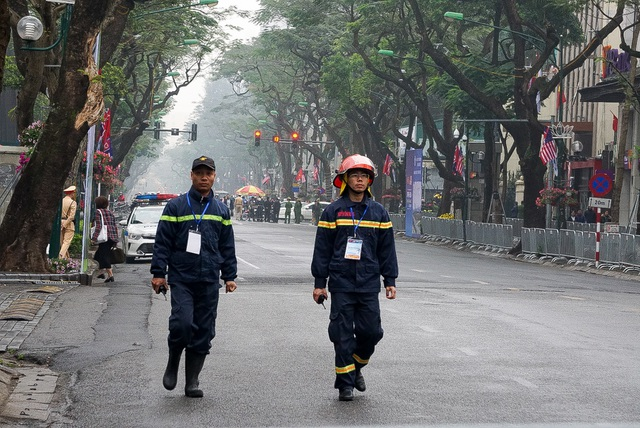 Siết chặt an ninh tại đường Lý Thường Kiệt trước giờ đón Chủ tịch Triều Tiên Kim Jong-un - 4