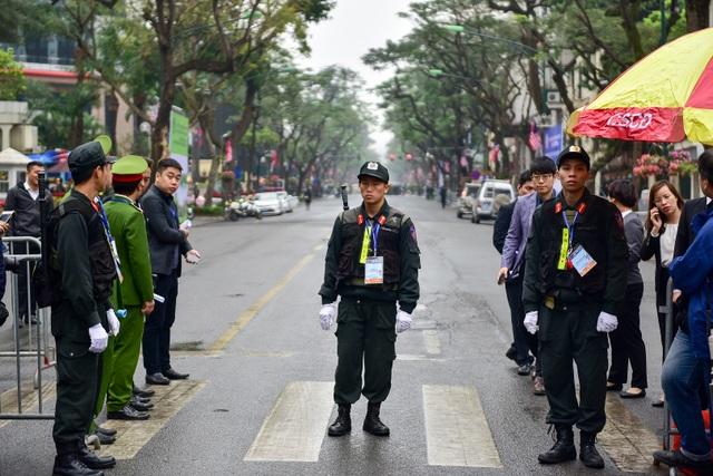 Siết chặt an ninh tại đường Lý Thường Kiệt trước giờ đón Chủ tịch Triều Tiên Kim Jong-un - 1