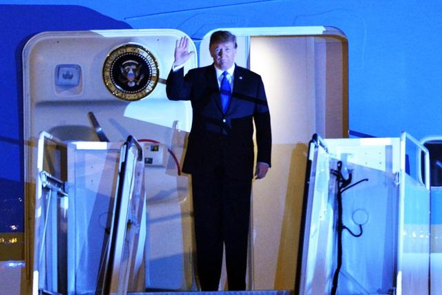 Ấn tượng 3 lần Tổng thống Mỹ Donald Trump vẫy tay chào Việt Nam - 1