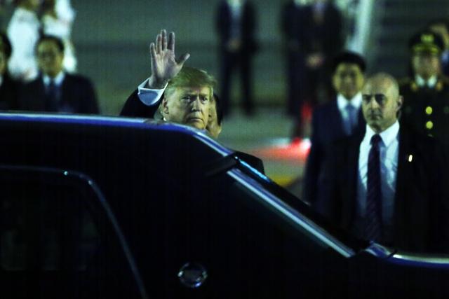 Ấn tượng 3 lần Tổng thống Mỹ Donald Trump vẫy tay chào Việt Nam - 7