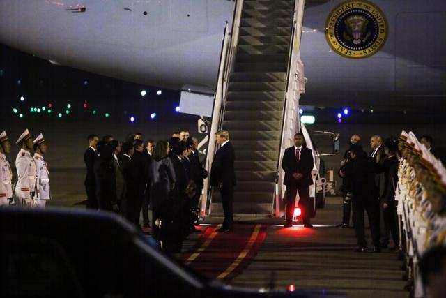 Ấn tượng 3 lần Tổng thống Mỹ Donald Trump vẫy tay chào Việt Nam - 4