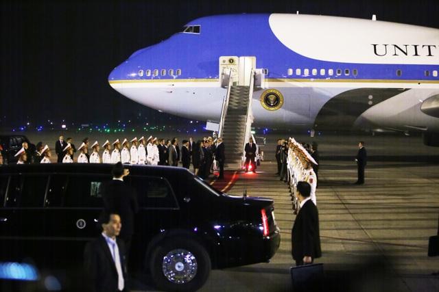 Ấn tượng 3 lần Tổng thống Mỹ Donald Trump vẫy tay chào Việt Nam - 6