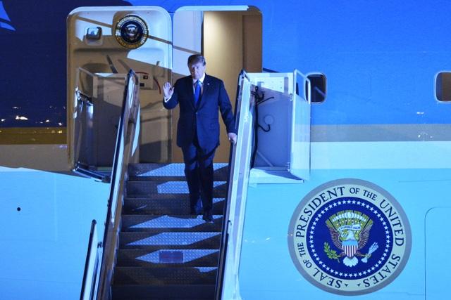 Ấn tượng 3 lần Tổng thống Mỹ Donald Trump vẫy tay chào Việt Nam - 3