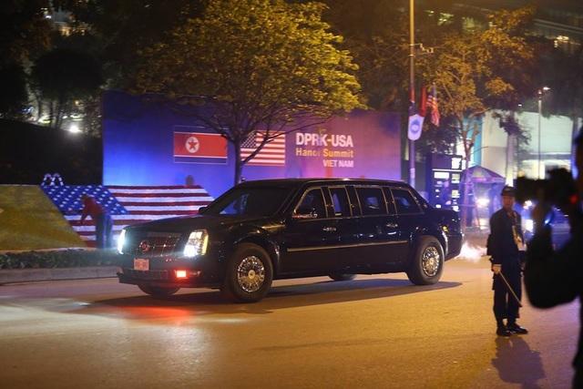"""Đoàn xe """"quái thú"""" ra sân bay đón Tổng thống Donald Trump"""