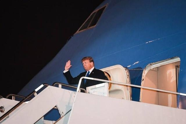 Tổng thống Donald Trump lần thứ 2 bước xuống Nội Bài từ cửa Không lực Một  - 1