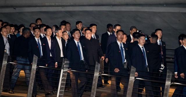 """Những lần """"lá chắn sống"""" bảo vệ ông Kim Jong-un công du nước ngoài - 12"""