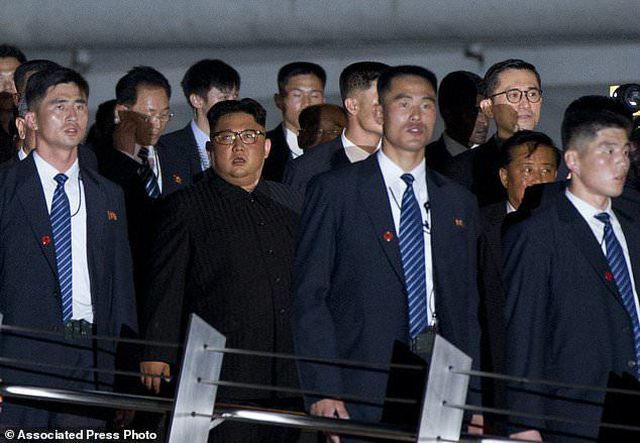 """Những lần """"lá chắn sống"""" bảo vệ ông Kim Jong-un công du nước ngoài - 13"""
