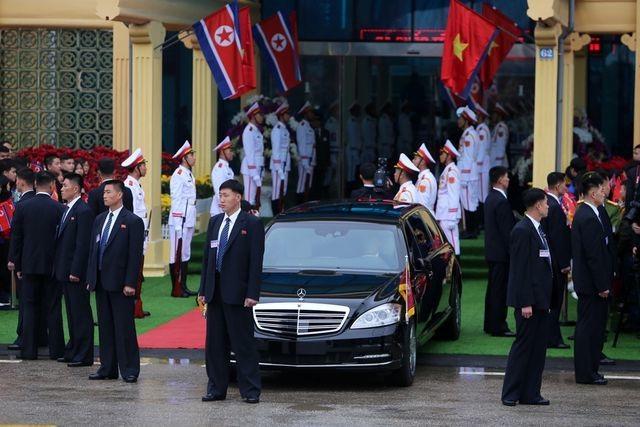 """Những lần """"lá chắn sống"""" bảo vệ ông Kim Jong-un công du nước ngoài - 14"""