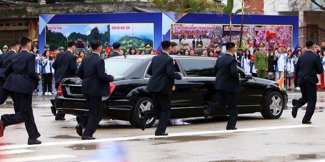 """Những lần """"lá chắn sống"""" bảo vệ ông Kim Jong-un công du nước ngoài - 16"""