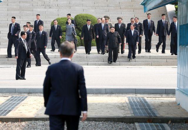 """Những lần """"lá chắn sống"""" bảo vệ ông Kim Jong-un công du nước ngoài - 3"""