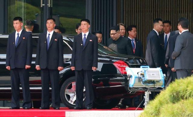 """Những lần """"lá chắn sống"""" bảo vệ ông Kim Jong-un công du nước ngoài - 4"""