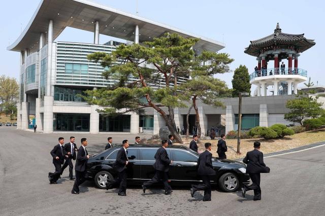 """Những lần """"lá chắn sống"""" bảo vệ ông Kim Jong-un công du nước ngoài - 6"""