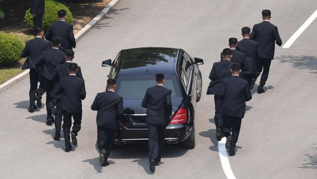 """Những lần """"lá chắn sống"""" bảo vệ ông Kim Jong-un công du nước ngoài - 7"""