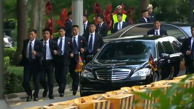 """Những lần """"lá chắn sống"""" bảo vệ ông Kim Jong-un công du nước ngoài - 8"""