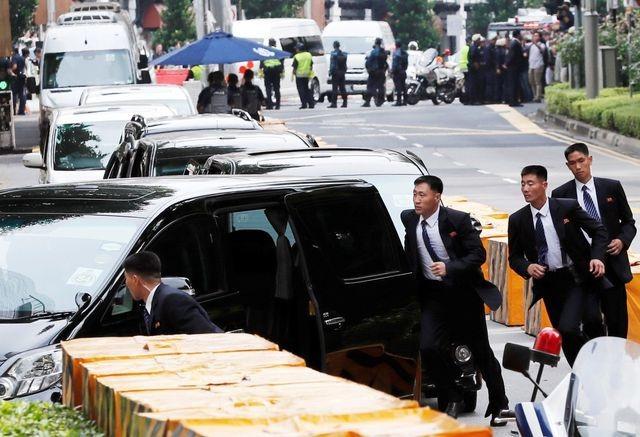 """Những lần """"lá chắn sống"""" bảo vệ ông Kim Jong-un công du nước ngoài - 10"""