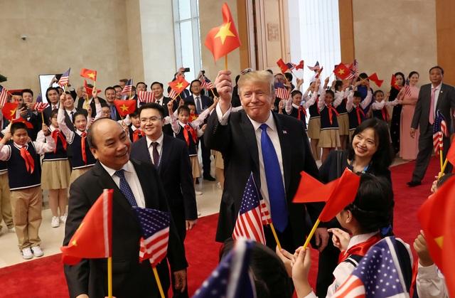 Tổng thống Donald Trump vẫy cờ Việt Nam khi gặp Thủ tướng Nguyễn Xuân Phúc - 3