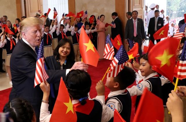 Tổng thống Donald Trump vẫy cờ Việt Nam khi gặp Thủ tướng Nguyễn Xuân Phúc - 2