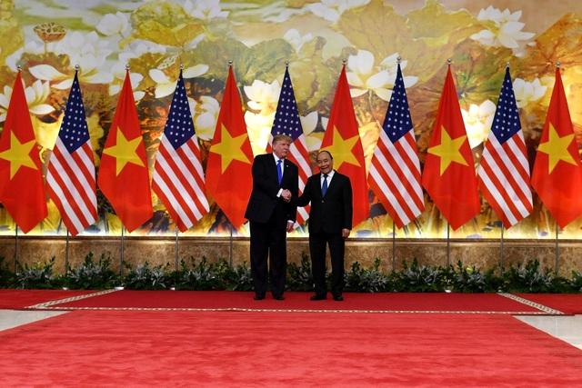 Tổng thống Donald Trump vẫy cờ Việt Nam khi gặp Thủ tướng Nguyễn Xuân Phúc - 5