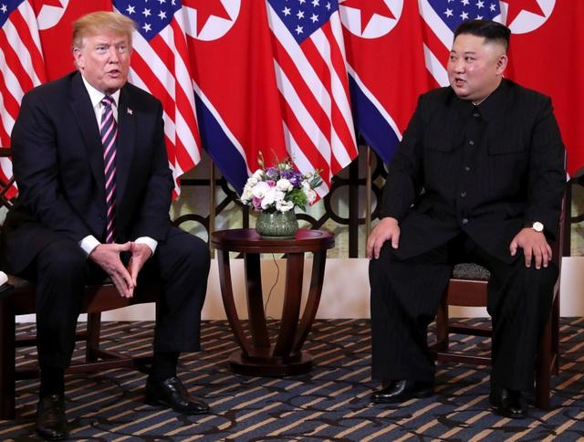 Giải mã ngôn ngữ cơ thể của Tổng thống Trump và Chủ tịch Kim tại tiệc tối - 1