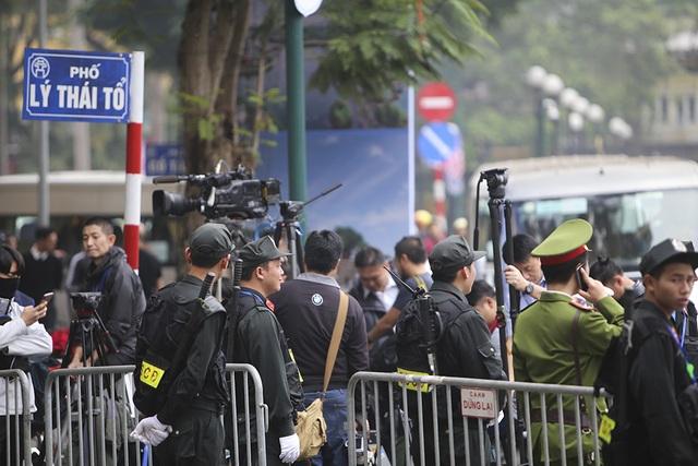 Tổng thống Donald Trump và Chủ tịch Kim Jong-un gặp riêng tối nay: An ninh thắt chặt tại nhiều tuyến phố - 21