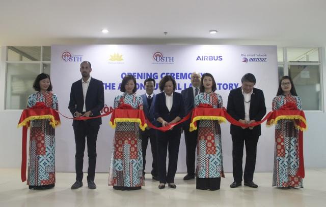 Trường ĐH Việt Pháp khai trương Phòng thí nghiệm Hàng không  - 1