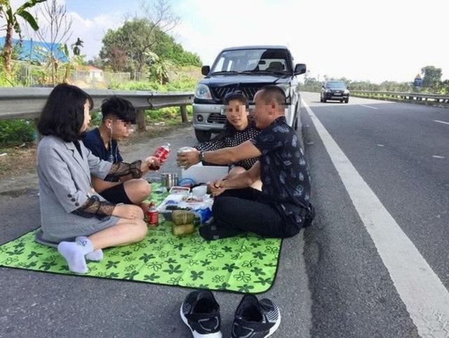 """Lại ngồi ăn uống trên cao tốc, """"tự sướng"""" của những kẻ muốn """"khổ"""" - 2"""