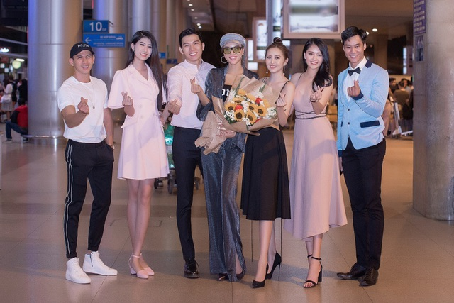 Tân Nam vương Quốc tế Trịnh Bảo được dàn mỹ nam, mỹ nữ đón khi về nước - 4