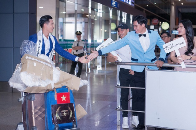 Tân Nam vương Quốc tế Trịnh Bảo được dàn mỹ nam, mỹ nữ đón khi về nước - 2