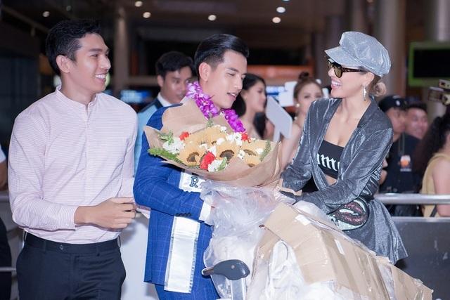 Tân Nam vương Quốc tế Trịnh Bảo được dàn mỹ nam, mỹ nữ đón khi về nước - 5