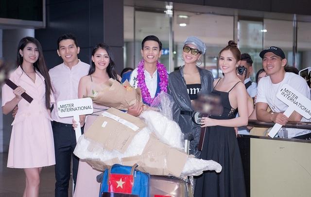 Tân Nam vương Quốc tế Trịnh Bảo được dàn mỹ nam, mỹ nữ đón khi về nước - 6