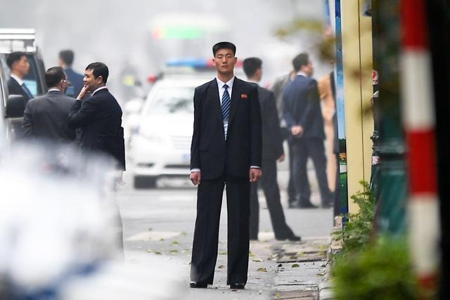 Đội vệ sĩ Triều Tiên đứng nghiêm như người máy bên ngoài khách sạn Metropole - 5